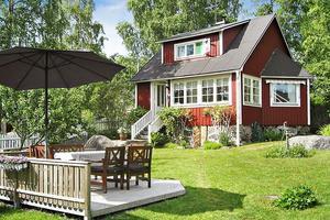 Röd stuga med vita knutar i Killingskär.