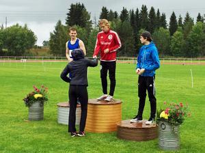 Jesper Persson tog tre guldmedaljer i Norrlandsmästerskapen. Här får han kliva högst på pallen efter 400 metersloppet.
