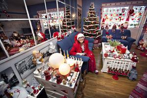 """HEJ TOMTEGUBBAR. Anita Persson har slutat räkna sina                                         prydnader. """"Jag älskar julen, den ger mig energi"""", säger hon."""