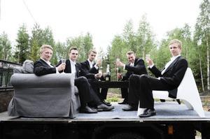 Vid vägkanten kopplade Jonas Nyström, Jens Hedlund, Richard Johansson, Niklas Granberg och Joel Nordlund av i en soffa och ett par stolar. I detta
