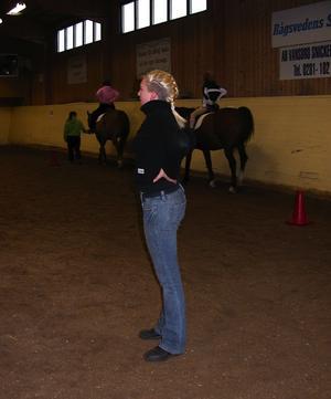 Gymnastik. Ridläraren, Elin Olsson, hade balansövningar med barnen när de satt på hästryggarna. Foto:Lovisa Svenn