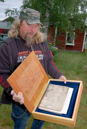 Hans Nyman visar upp dopgåvan i form av en postilla (med en intressant historia) i ett skrin.