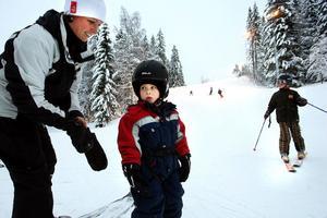 En ny säsong har startat för en redan rutinerad slalomåkare. Trots att Noel Granheim bara är tre år är han långt ifrån en nybörjare. Mamma Tina assisterar när det är dags för ett nytt åk.