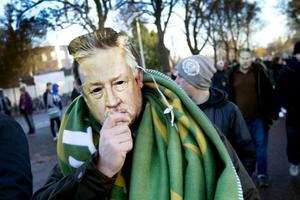 Förklädd. Högst av alla utanför Strömvallen hördes ett gäng DIF-fans, som klätt ut sig i Leif GW Persson-masker.