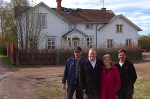 Bygger lägenheter. Allan och Birgitta Pettersson, här flankerade av snickarna Jim och Tord Persson, har nu rustat gamla Morins bageri och byggt lägenheter i de gamla bagerilokalerna.