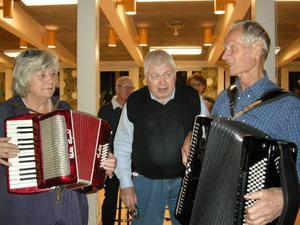 Sist på programmet underhöll Margareta Vinberg, Östersund, och Acke Fahlén, Krokom, med ljuvliga dragspelstoner. Grundaren Anders Nilsson i mitten.