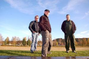 Åke Johansson, Robert Gjersvold och Hans-Olof Olsén, som alla tävlar för Strömsunds MC, avslöjar för LT att det finns en chans att VM arrangeras i Strömsund. Foto: Jonas Ottosson