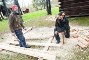 Chris Wiggins och Kål Henrik Sens formar till stockarna före den sista inpassningen på taket.