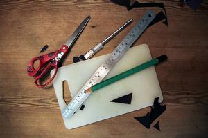Sax, linjal, blyerts. Och så blir det roligare om du unnar dej en skalpell. Finns hos hobbyhandeln.