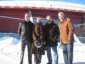 Festgeneraler på plats utanför arenan. Lars Skoglund, ordförande i Sandvikens Symfoniorkester, Maya Olsson, vd för arenan, Åke Björänge, Sandviken Big Band och Anders Berglund, musikaliskt ansvarig för invigningen.