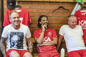 Daniel Sundström, Michael Thun-Sjölund och Peter Matiasson delar ett skratt i omklädningsrummet