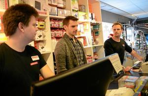 Lugn i stormen. Daniel Norberg, Håkan Norman och Mattias Rudenvall på Audio Video i Lindesberg pustade ut efter att ha haft stor rusch tidigare på förmiddagen.
