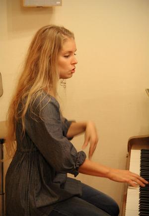 Emma Uddas är deltidsanställd som musikledare i Missionskyrkan. Alla kan sjunga-kören är en av två körer hon leder kvällstid.