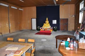 Även om utomhusbuddhan provisoriskt förvaras i ett förråd på meditationscentrets gård är det inget fel på de dekorationer som omger den.
