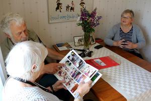 Tillsammans tittar Udo Adolphs och Birgitta Abrahamsson på bilderna i boken, och pratar tillsammans med Ulrike Adolphs om allt de upplevt.