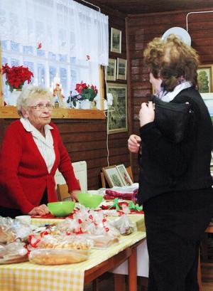 Affärer? Aina Engvall tog en titt på Elsa Nilssons handarbeten.