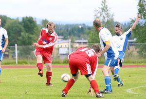 Fjolårsmästarna Hede bjöd på bra spel men hade rysligt svårt att få bollen i mål. Här dundrar Johan Persson ett skott mot Klövsjös mål.