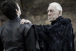 Max von Sydow spelar The Three Eyed Raven, som lär ut sina magiska krafter till Bran (Isaac Hempstead-Wright) i