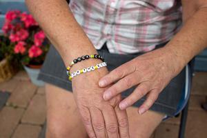 Irene är aktiv i Bröstcancerföreningen Misteln i Västmanland. De säljer de nedre armbandet som Irene har på sig - med textraden