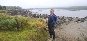 Hans Lundqvist har stuga vid sjön Fansen på Bollnäs finnskog. Där Hans står, dit brukar vattnet nå, men två trasiga dammluckor vid utloppet gör att Fansen sjunkit två meter på tre år.