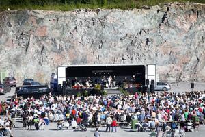 MYCKET FOLK. 1 500 personer samlades i solen framför scenen i Griggebo bergtäkt. Och en rad olika artister bjöd sedan in publiken för allsång.