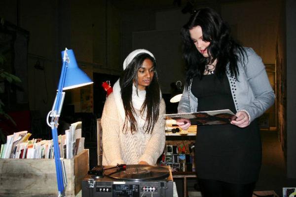 """Emelie Öhman och Cecilia Nielsen från Vittra gillar upplägget på utställningen. De börjar med att lyssna på John Lennons LP """"Milk and Honey""""."""