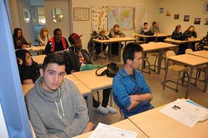 Eleverna Vangelis från Grekland och Razeq Bahrami från Afghanistan pluggar svenska flitigt.