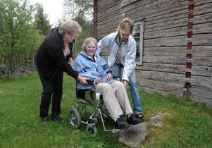 Det är inte lätt att ta sig fram i rullstol på en fäbodvall. Astrid Jonsson får hjälp av Backsippans personal Lena Emman och Margareta Larsson.
