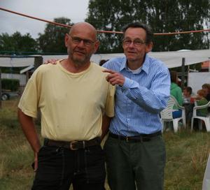 Fiskeföreningens ordförande Karl-Rune Lindberg och Anders Forsberg från Hudiksvall, sommarboende i Sörfjärden, och en av initiativtagarna till den nya Kulturstigen i byn.