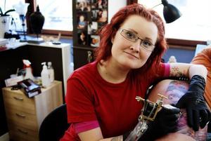 Sofie Fredriksson tar en time out från tatuerande i samband med att hennes firma försatts i konkurs.