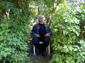 I sin syrenspioncentral kan Göran Greider avlyssna samtalen på byvägen. Skuggigt och luftkonditionerat är det också.
