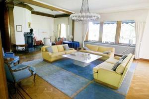 Många prominenta gäster har suttit i vardagsrummet som ändrat skepnad många gånger. Det nedsänkta vinterrummet har höjts upp, originalparketten plockats fram.