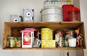 Ordning och reda. Det är det i Elin och Christian Olars kök. Här finns ingredienser för olika sorters kakbak.