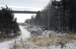 Det var nere vid Fångsjöns strand allt började. Där byggde nybyggaren Per Danielsson familjens hem när han köpte byn 1813.FOTO: BENGTERIC GERHARDSSON