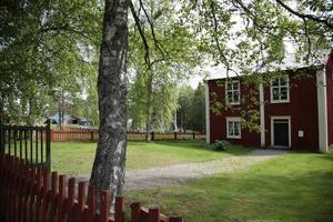 Mängder av gamla byggnader från Ångermanland och Medelpad byggde upp det som blev Murbergets friluftsmuseum i Härnösand. Det här är en gammal skola där besökaren får uppleva hur svenska skolbarnen hade det på 1850-talet.