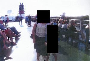 I parets familjealbum finns bland annat en bild på kvinnan på ett kryssningsfartyg.
