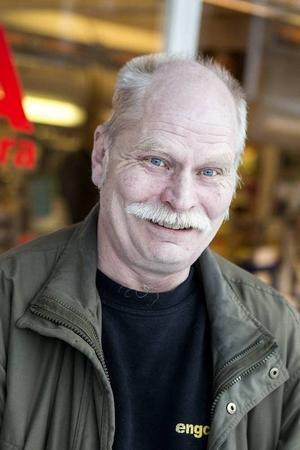 Utanför Ica träffar Tidningen Strömsund Kjell Wikström, som har bott i Gäddede sedan 1979. Han ser fram emot att de nya byborna anländer.– Det är positivt att det kommer. Dels fyller de upp lägenheterna så de inte behöver rivas och på sikt kan det bli bättre bussförbindelser eftersom de behöver åka till Strömsund.