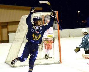 Marcus Persson jublar efter ett av sina tre mål.