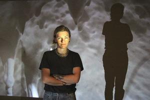 Ljus och mörker möts i Tilda Lovells utställning