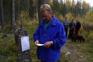 Göran Olsen provade på frågorna i tipspromenaden upp till Tjärnmyråsstugan.