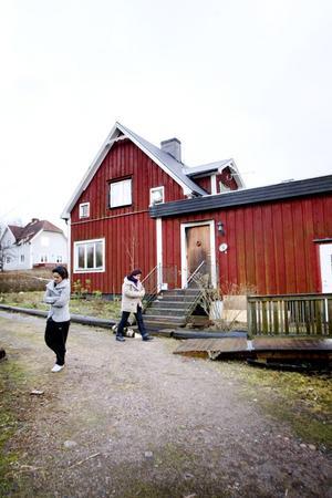Minna och Sara Hedjilou besöker resterna av sitt hus. På utsidan är det falurött, bara den sotade ytterdörren avslöjar dess svartbrända inre.