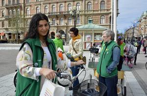 Under Miljöpartiets cykelkampanj på cykelns dag spred Jasmin Khwaiter partiets cykelpolitik.