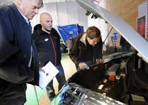 Berndt Jonsson, Per Jennervall och Håkan Ringestad inspekterar en av de utställda elbilarna.