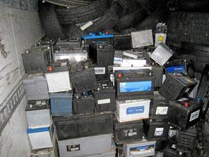 Olagligt. Här är en del av den miljöfarliga lasten; begagnade fordonsbatterier som skulle säljas för några kronor per kilo i östra Europa. Foto: Polisen