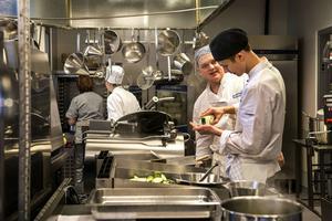 Isak Holmgren och Viktor Ström vid spisbordet i restaurangköket påp Altinska.
