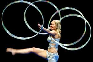 Trots att hon endast är 15 år har Emelie Lundström från Ludvika Minicirkus hunnit turnera både i Tyskland och i Kina samt uppträtt på Liseberg.