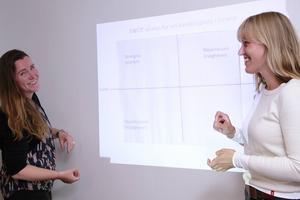 Stadsarkitekt Christina Englund och planeringsarkitekt Stina Andersson jobbar för att få en ny översiktsplan på plats.