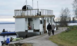 Skutan har intagit sin plats vid Helsingland innan den ska flyttas in mot Enåstugan.