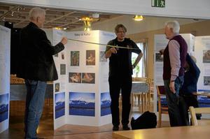 Invigning för ny utställning. Kommande veckan kommer utställningen om Västpapua att visas på Laxå bibliotek.