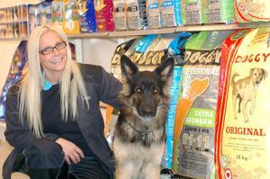 Kicki Hedberg öppnar Lantbruk & foder i Netsmans gamla lokaler i Arbrå. Hunden heter Fia.